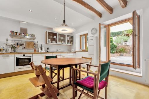 Herrliche Landhausküche mit Terrassenzugang