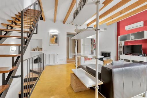 Stylische Treppe ins obereste Stockwerk