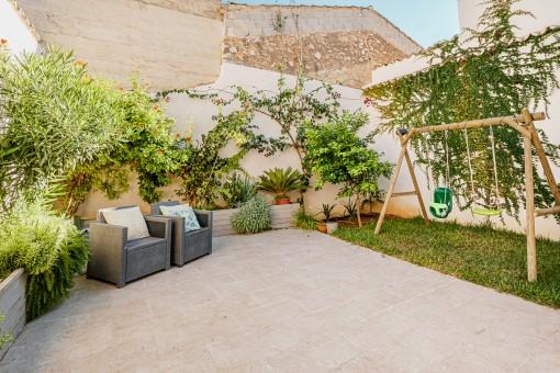 Idyllischer Gartenbereich