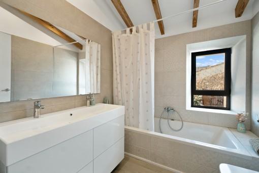 Modernes Badezimmer mit Wanne