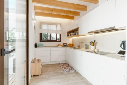 Moderne Küche mit Terrassenzugang