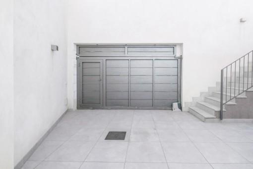 Große Garage der Villa