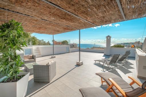 Meerblick-Villa bestehend aus separaten Apartments mit Dachterrassen-Pool und Ferienvermietlizenz in Cala Mayor
