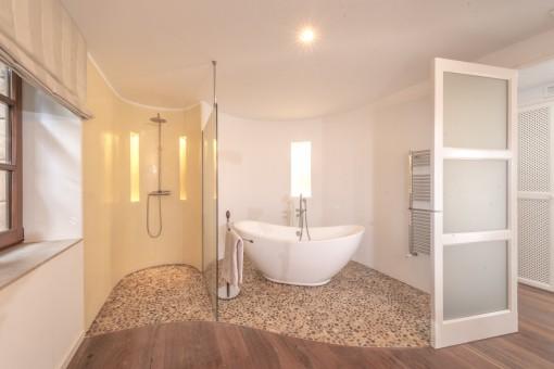 Nobles Badezimmer und Ankleidezimmer