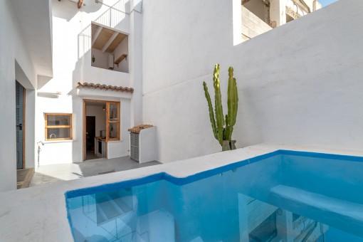 Fantastischer Innenhof mit Pool
