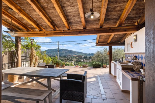 Fantastische Terrasse mit Sommerküche und viel Platz