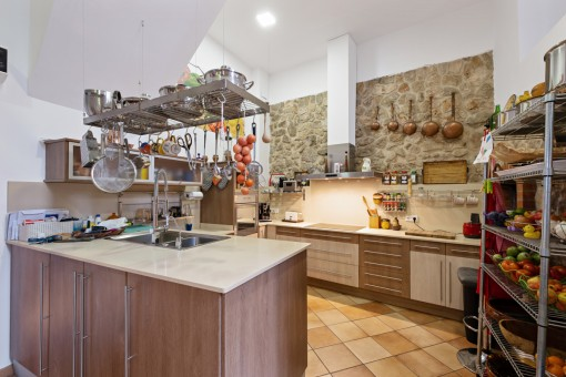 Moderne Küche mit Steinwand