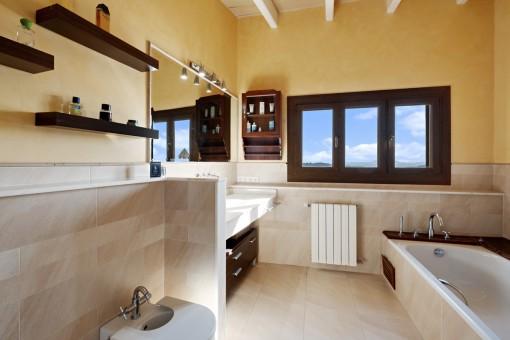 Schönes Badezimmer mit Badewanne