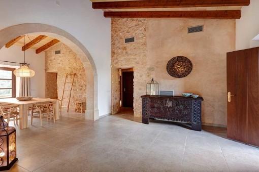 Eingang und Essbereich mit Steinwand
