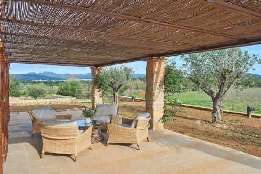 Große, überdachte Terrasse