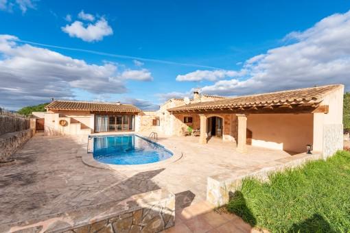 Pool und überdachte Terrasse