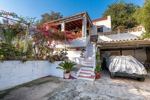 Garage und Zugang zum Haus