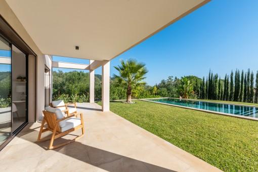 Überdachter Terrasse mit Poolblick