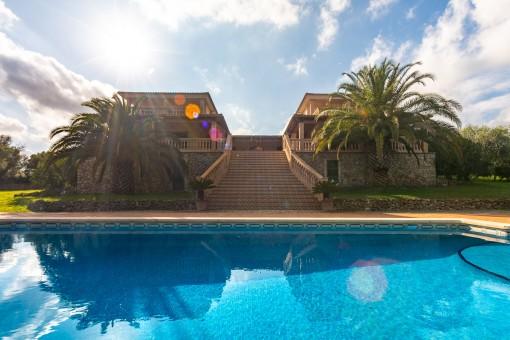 Großer Pool und Treppe zum Haus