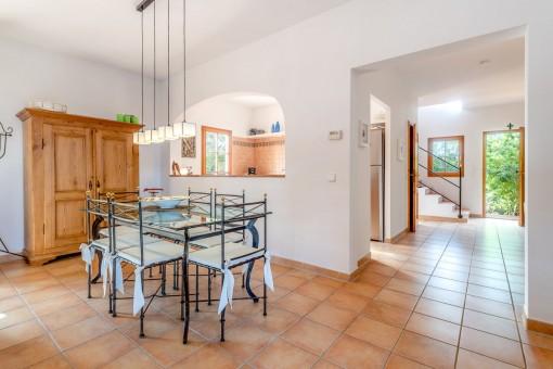 Essbereich mit halb-offener Küche
