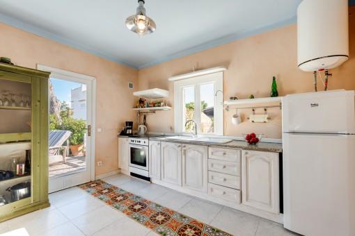 Sonnige Küche mit Terrassenzugang