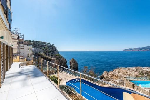 Balkon mit Blick zum Meer und Pool