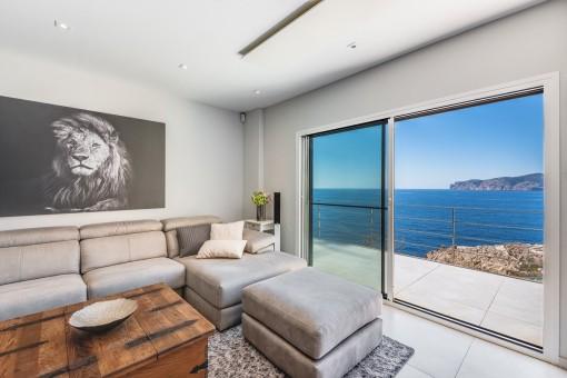 Luxuriöser Wohnbereich mit Meerblick-Balkon