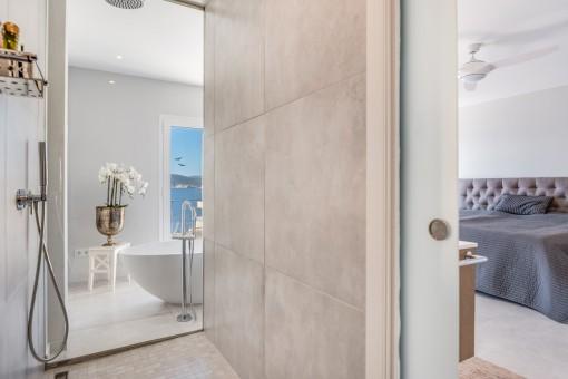 Große, moderne Dusche