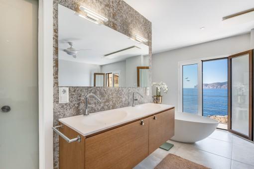 Offenes Badezimmer mit Wanne und Dusche