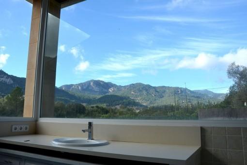 Schönes Panoramafenster im Badezimmer