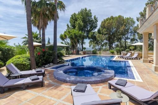 Eindrucksvolle Villa in Bendinat mit Meerblick