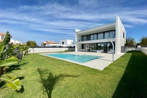 Designer Neubauvilla mit Salzwasserpool in Puig de Ros