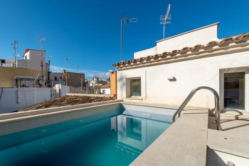 Sonnige Dachterrasse mit Pool