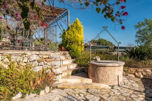 Idyllische Terrasse mit Brunnen