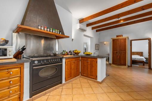 Offene Küche im rustikalen Stil