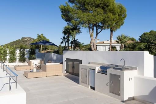 Sonnige Terrasse mit Sommerküche