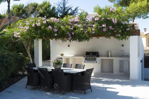 Terrasse mit Essbereich neben dem Pool