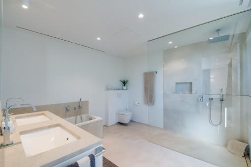 Nobles Badezimmer mit Badewanne und Dusche