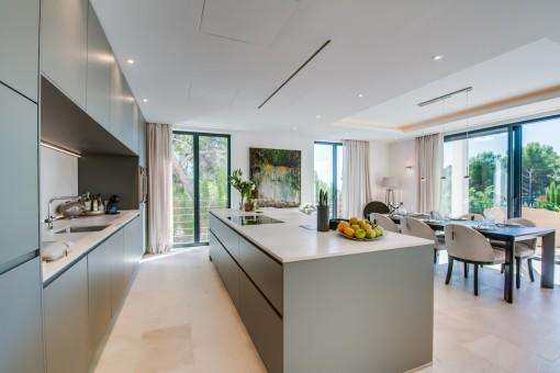 Luxuriöse, offene Küche
