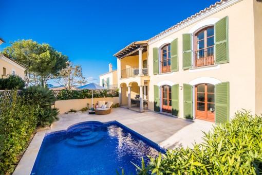 Sanierte Doppelhaushälfte in erster Meereslinienanlage mit privatem Pool und Meerblick in Santa Ponsa