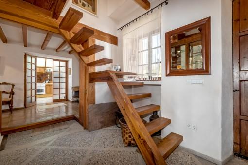 Holztreppe ins Obergeschoss