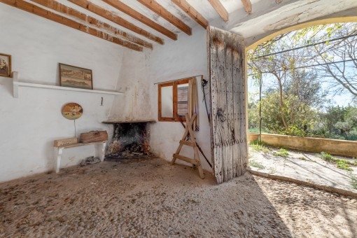 Eingangs- und Wohnbereich mit Kamin