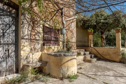 Terrasse mit alten Brunnen