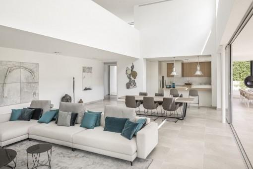 Offener Wohnbereich mit hohen Decken