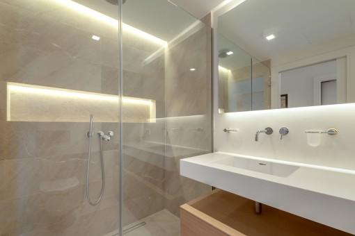 Elegantes Badezimmer mit Dusche