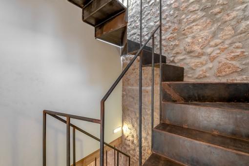 Moderne Treppe zu den oberen Etagen