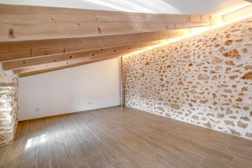 Schönes Schlafzimmer mit Steinwand