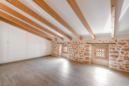 Holzdeckenbalken und Einbauschränke