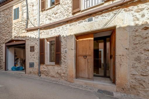 Holz-Eingangstür zum Haus