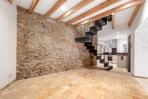 Offene Küche mit Natursteinwand