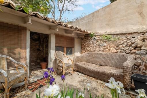 Kleines Gebäude im Garten