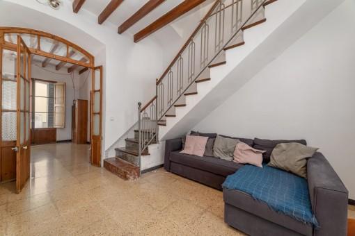 Wohnbereich mit Treppe nach oben