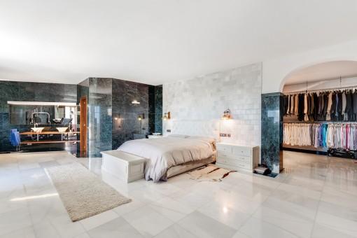Hauptschlafzimmer mit Ankleide und Badezimmer