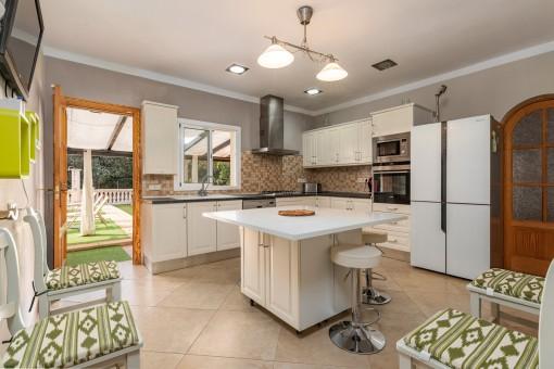 Geräumige Küche mit Terrassenzugang