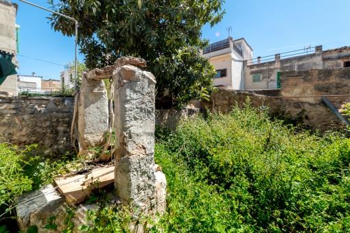 Garten und alter Brunnen